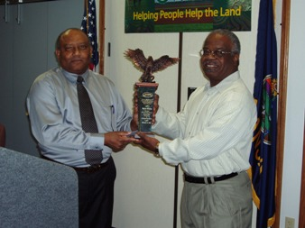 William Gilliam, Assistant State Conservationist, Emporia, presents Rick Porter with the National Pearlie Reed Award.