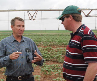 Muleshoe, Texas organic farmer Jimmy Wedel visits with Australian farmer Alan Redfern about organic crop production and irrigation efficiency methods.